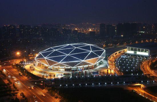 青岛国信体育馆位于青岛体育中心西北侧
